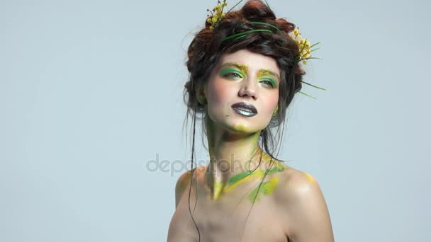 Atraktivní žena, tematické líčení přírody