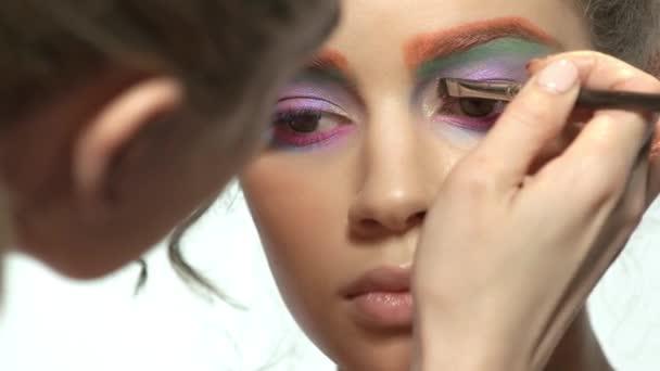 Vizážistka je použití oční stíny.