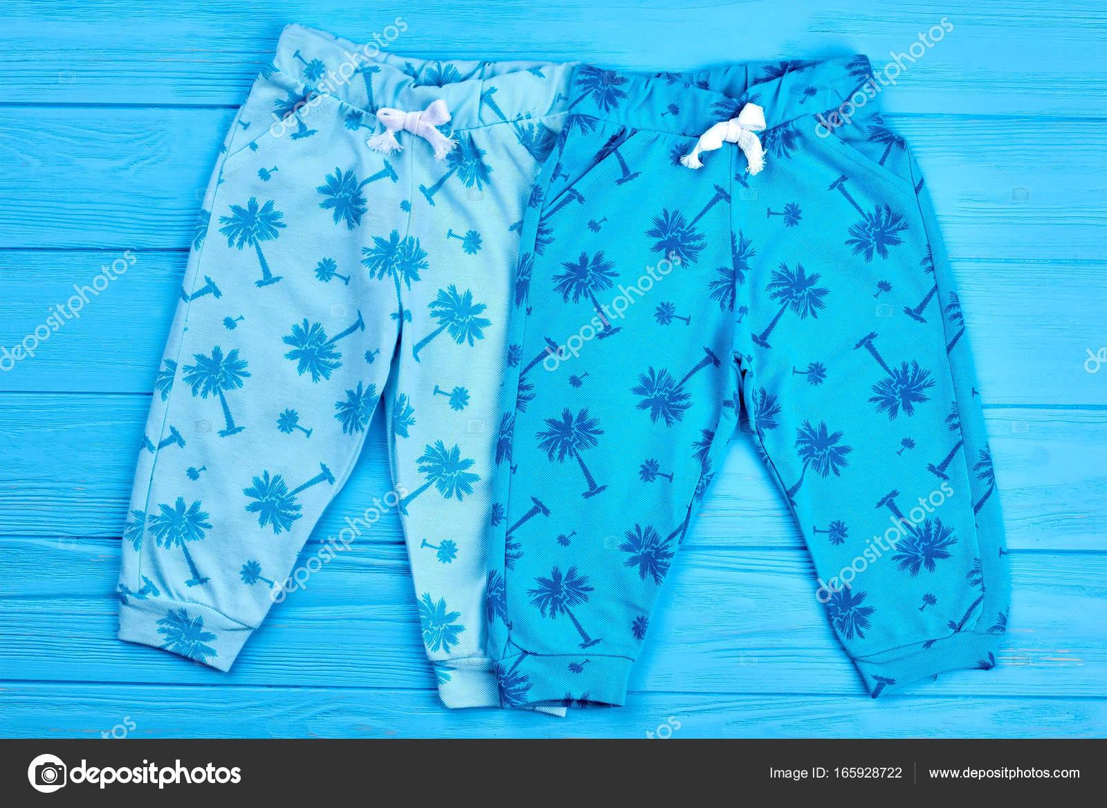 872a5b8f561 Δύο ζεύγη σύγχρονο Παιδικό παντελόνι. Οργανικό βαμβάκι παιδικά ρούχα.  Κλωστοϋφαντουργικών τσέπη λίγο παντελόνια για αγόρια και κορίτσια — Εικόνα  από ...