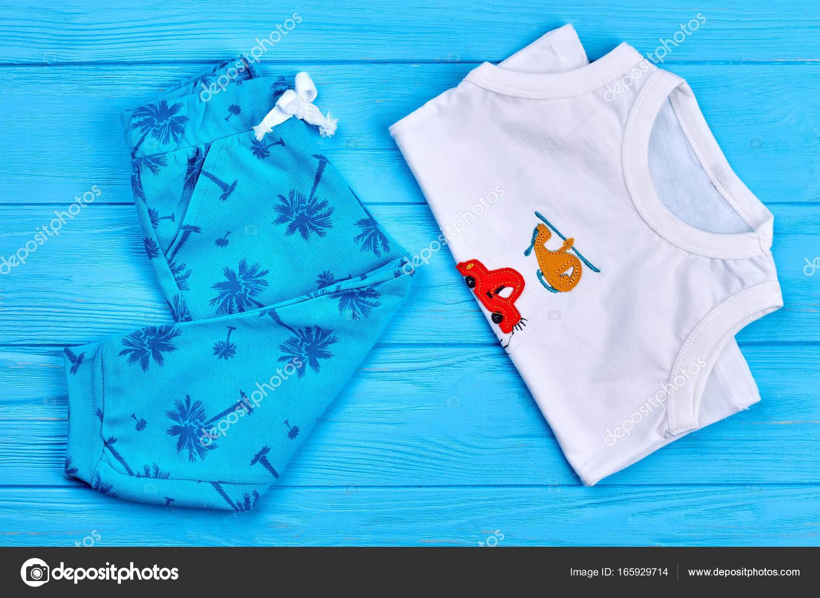 fbe27f1f3a25 Νέα παιδιά καλοκαίρι βαμβακερά ρούχα — Φωτογραφία Αρχείου ...
