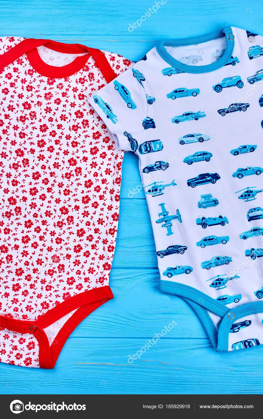 49103f29e3b Δύο χαριτωμένα νεογέννητα βαμβάκι κορμάκια. Φίνο σχεδιασμό βρέφος αγόρια  και κορίτσια φυσικό Ολόσωμα σε μπλε φόντο ξύλινη, το top view.
