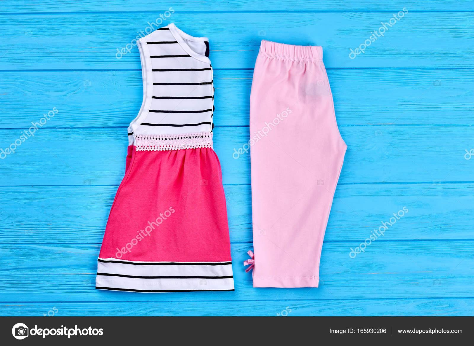 d2e8678a9 Ropa de algodón de verano de niña de niño. Nueva colección de ropa de  verano para las niñas en el fondo de madera azul. Estilo de moda de niños —  Foto de ...