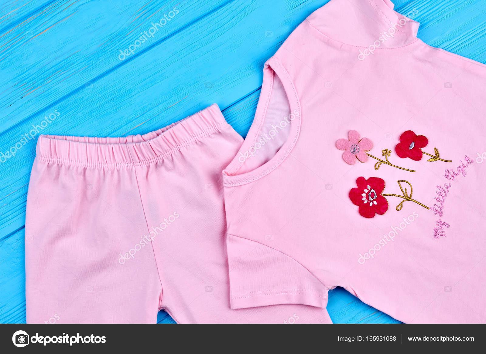 6e860462fc11 Αξιολάτρευτο βαμβάκι κοστούμι για παιδί κορίτσι. Βιολογικά κολάν και  μπλουζάκι για κοριτσάκι. Κινούμενα σχέδια τυπωμένα ροζ baby t-shirt —  Εικόνα από ...