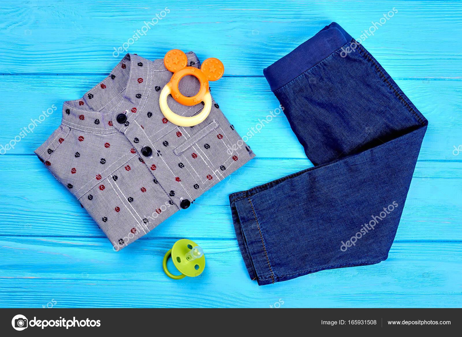 05c0eef81 Ropa y accesorios para bebé-niño — Foto de Stock