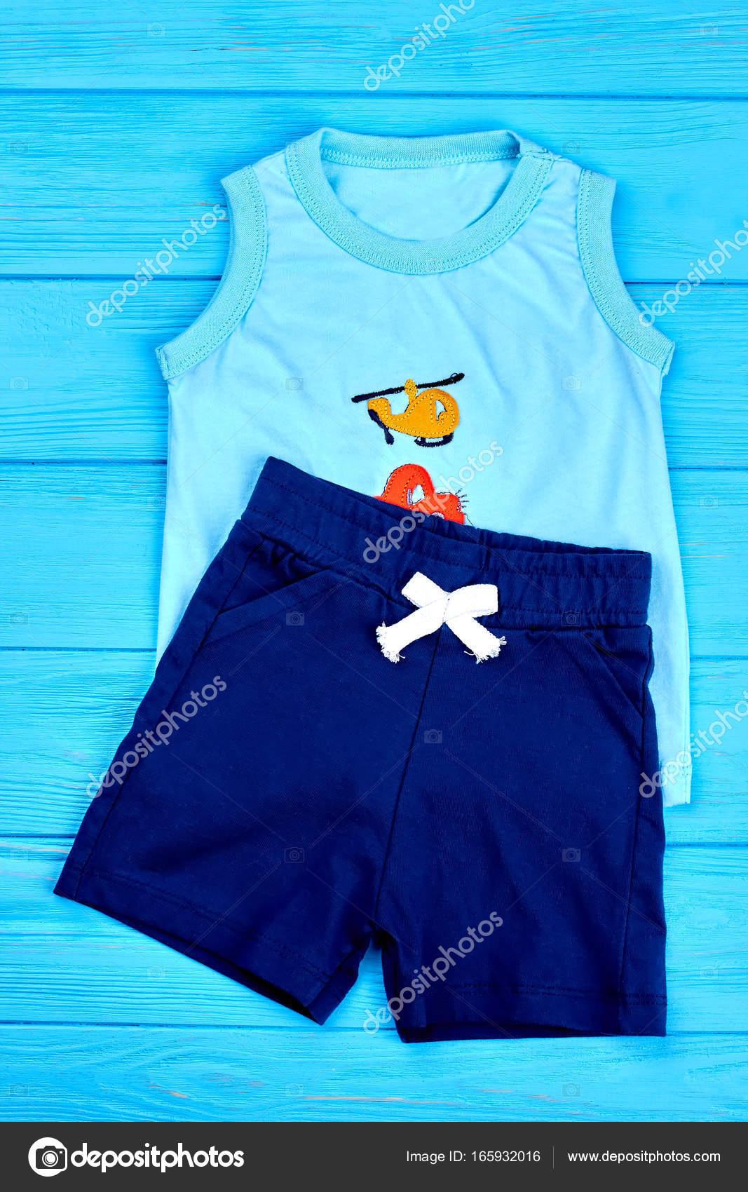 870648b1e Ropa de bebé niño verano moderno — Fotos de Stock © Denisfilm  165932016