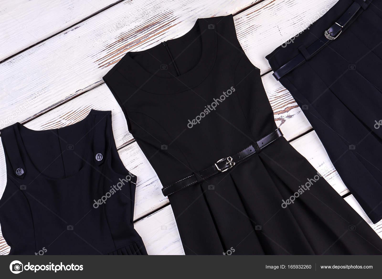 d5981ffa3 Prendas de vestir de negro de la escuela para niñas. — Fotos de ...