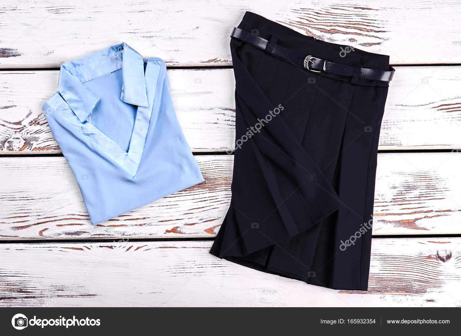 d78767c5e Hermoso conjunto de ropa para niña. Nueva luz azul niñas blusón y negro  plisaron falda para uso en la escuela