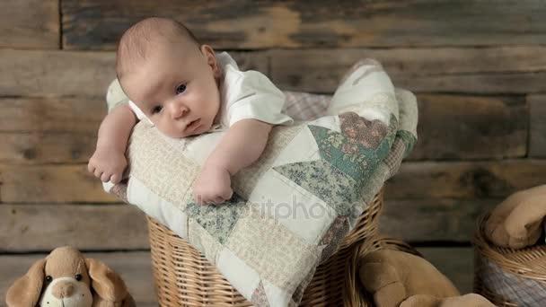 Malé dítě a deka.