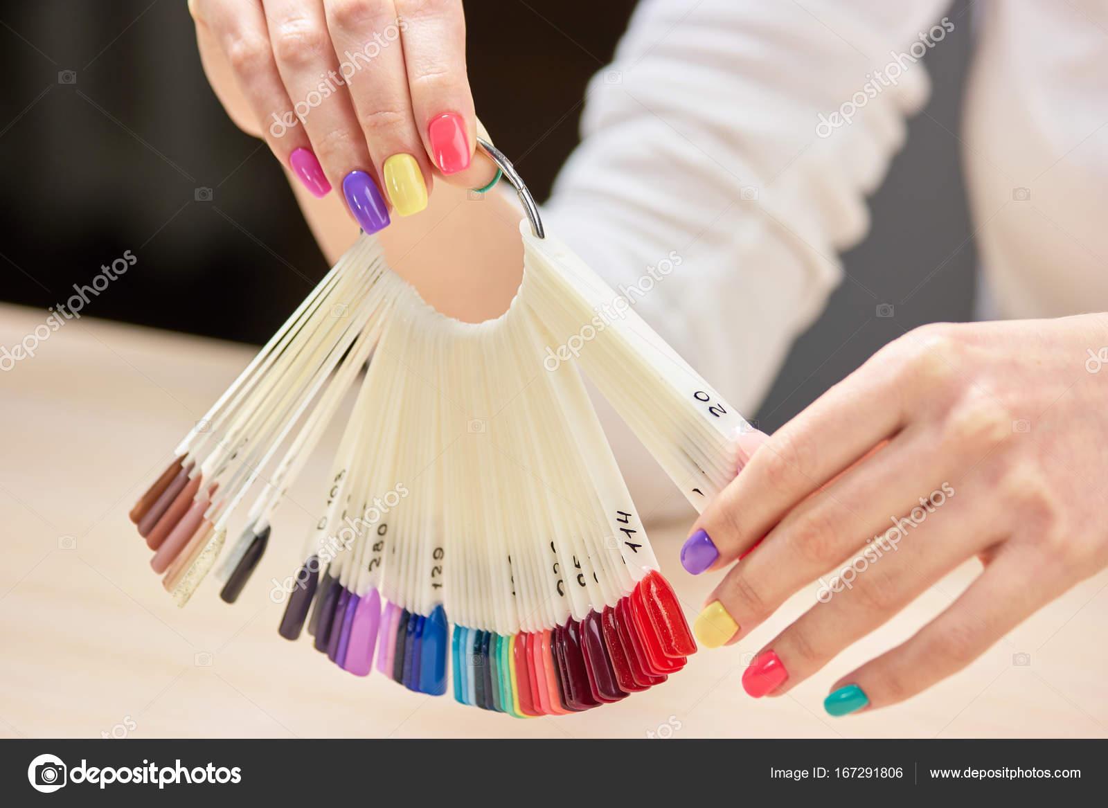 Nägel Farben Proben in weiblichen Händen — Stockfoto © Denisfilm ...