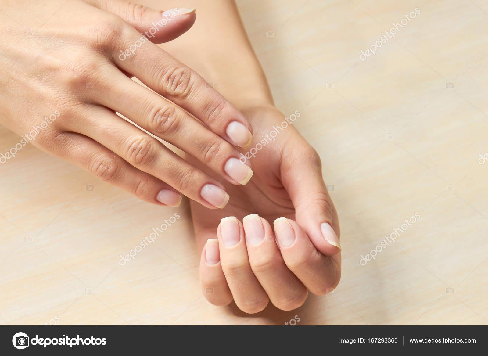 Weibliche Hände mit saubere Nägel — Stockfoto © Denisfilm #167293360