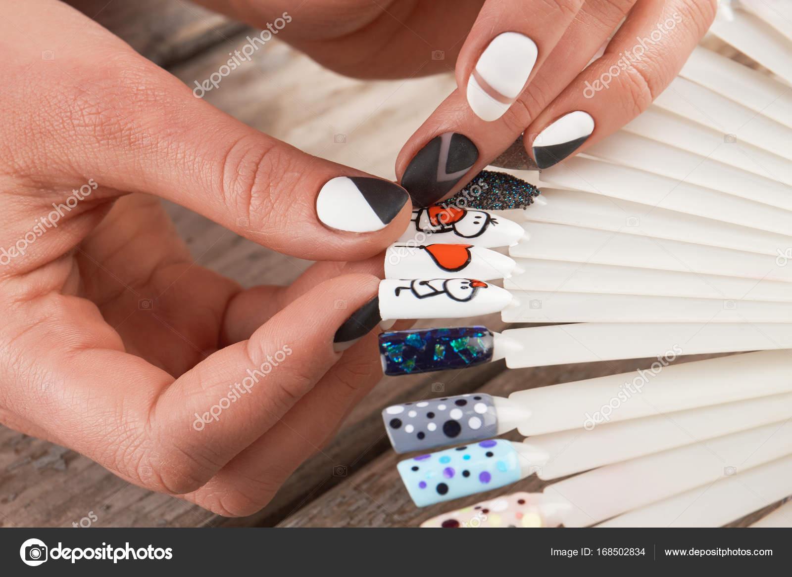 Close Up Van Vrouwelijke Handen En Nail Art Monsters Stockfoto
