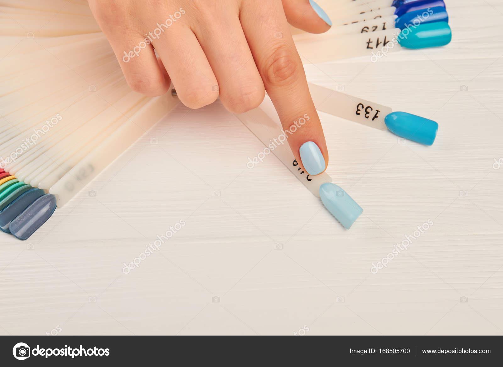 doigt d'index choix couleur dans la palette de l'ongle