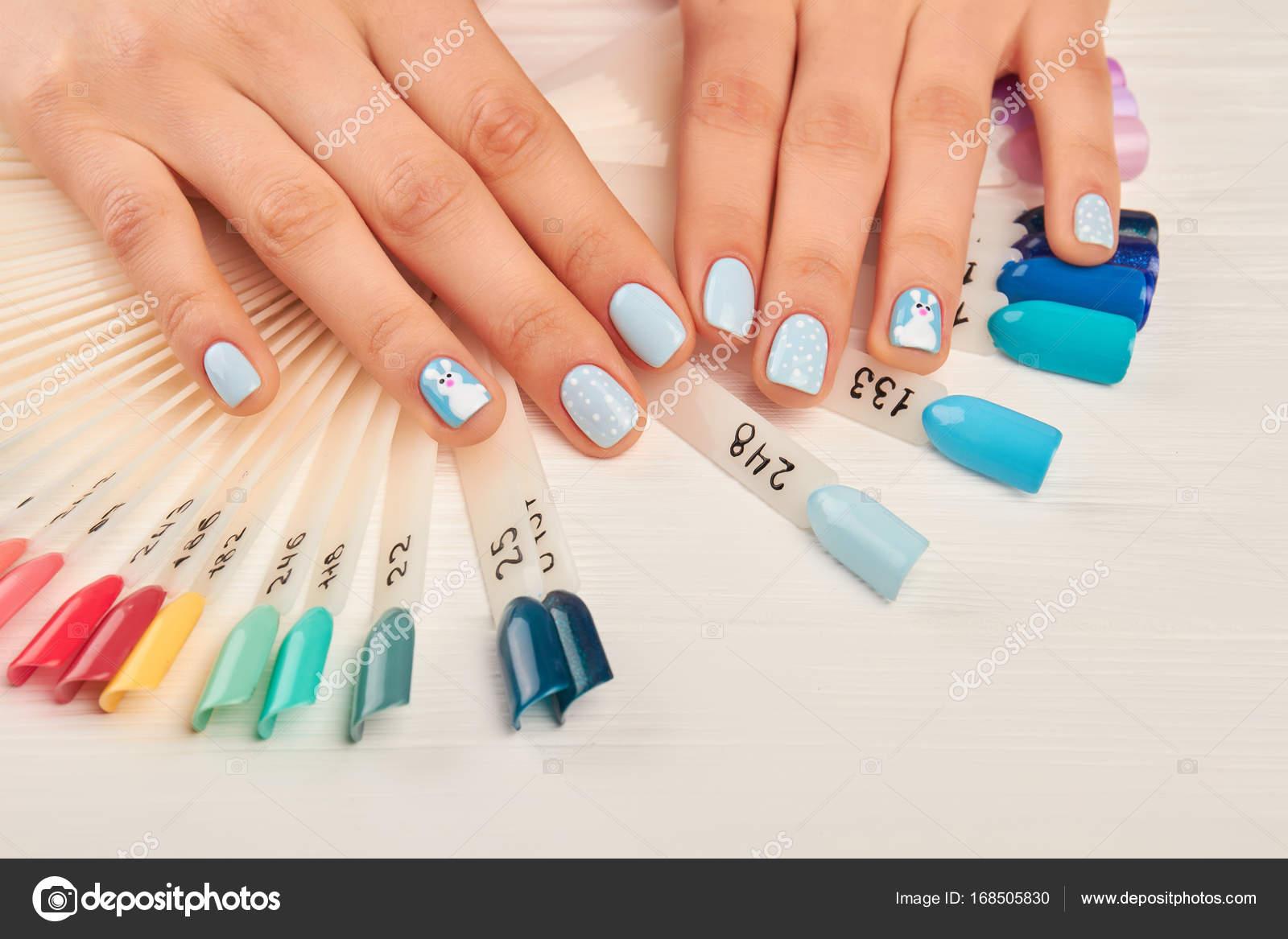 Gepflegte Hände und Nägel Farbmuster — Stockfoto © Denisfilm #168505830