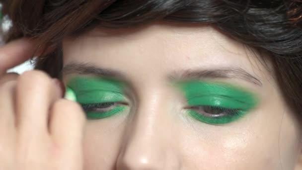 Vizážistka vyrovnávací zelené oční stíny.