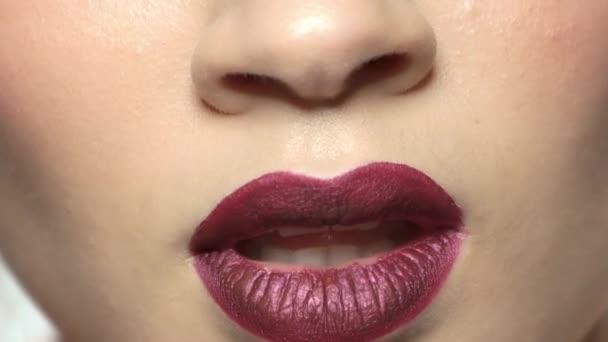 pralle weibliche Lippen aus nächster Nähe.