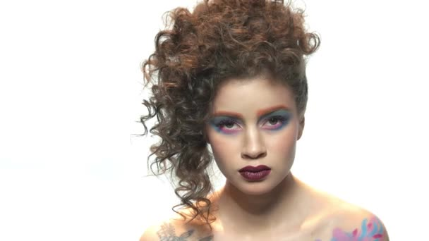 Model make-up na bílém pozadí