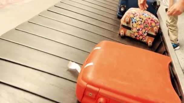 Ruce s tašky, zavazadla kolotoč