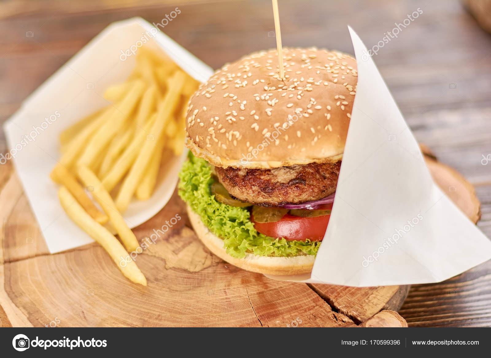 Burger Mit Pommes Frites Auf Holz Stockfoto C Denisfilm 170599396