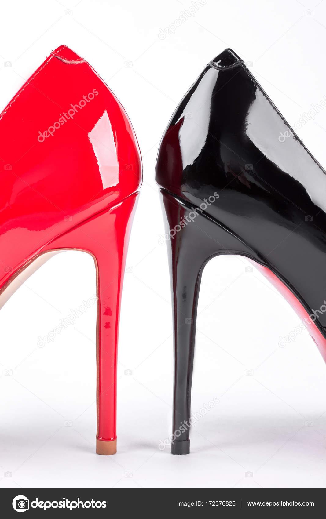 1936f9959a6 Női divat cipő lakkozott. Fekete és piros magas sarkú elszigetelt fehér  background. Divat cipő eladó — Fotó szerzőtől Denisfilm