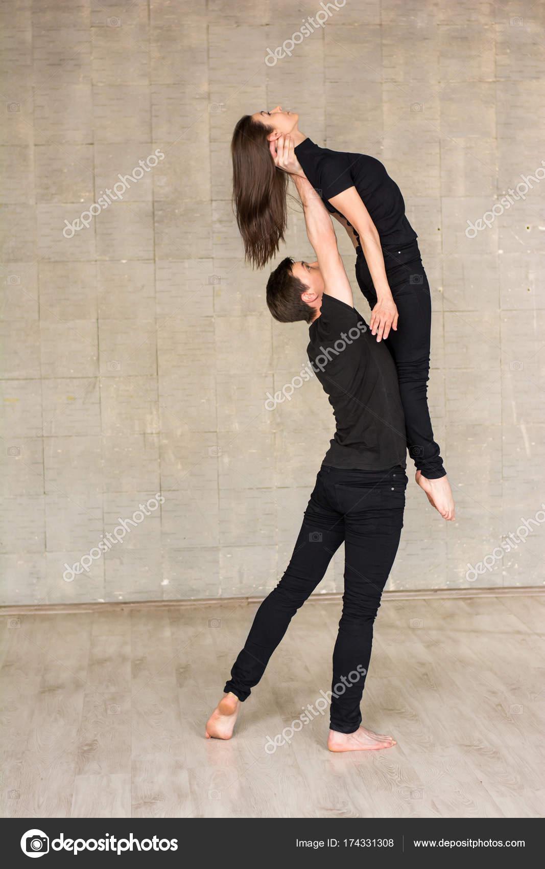 Zeitgenössische paar tanzen Aufzug — Stockfoto © Denisfilm #174331308