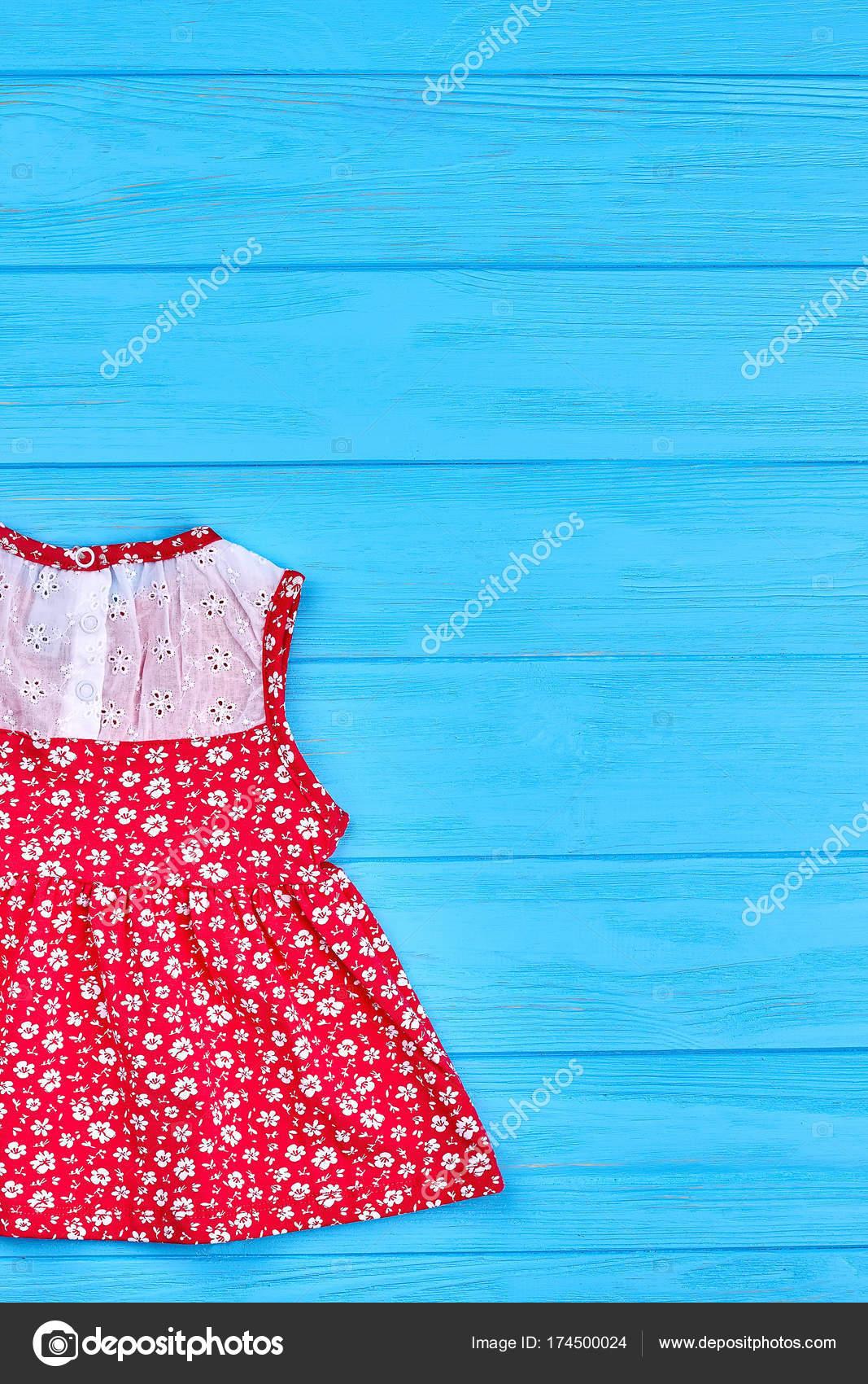 Baby красное платье с узором из цветов — Стоковое фото © Denisfilm ... b6cfd3e4757bf