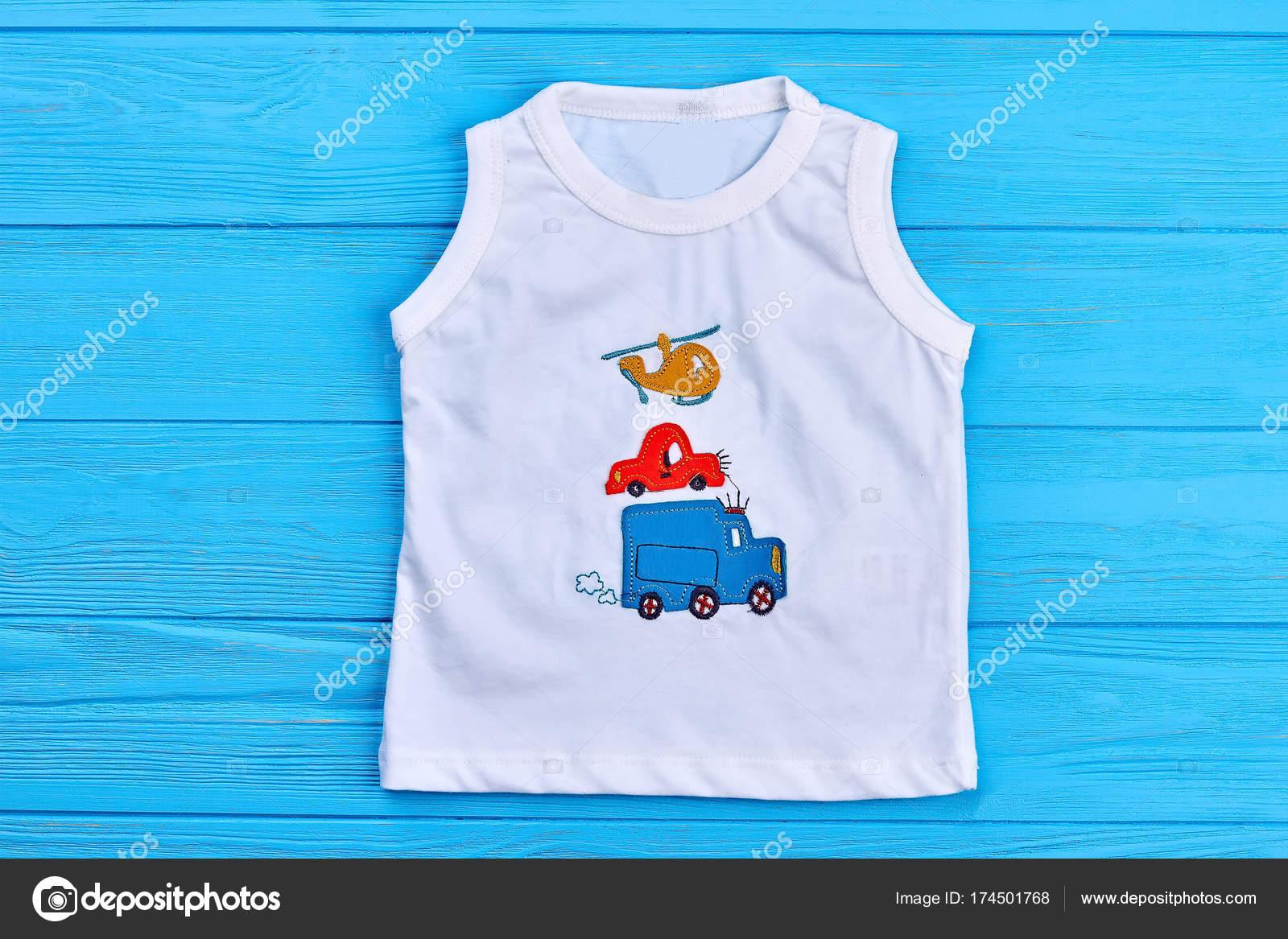 f07a47926 Bebé niño blanco camiseta diseño de la impresión. Niño niño camiseta de  algodón con ilustración transporte, azul fondo madera — Foto de ...