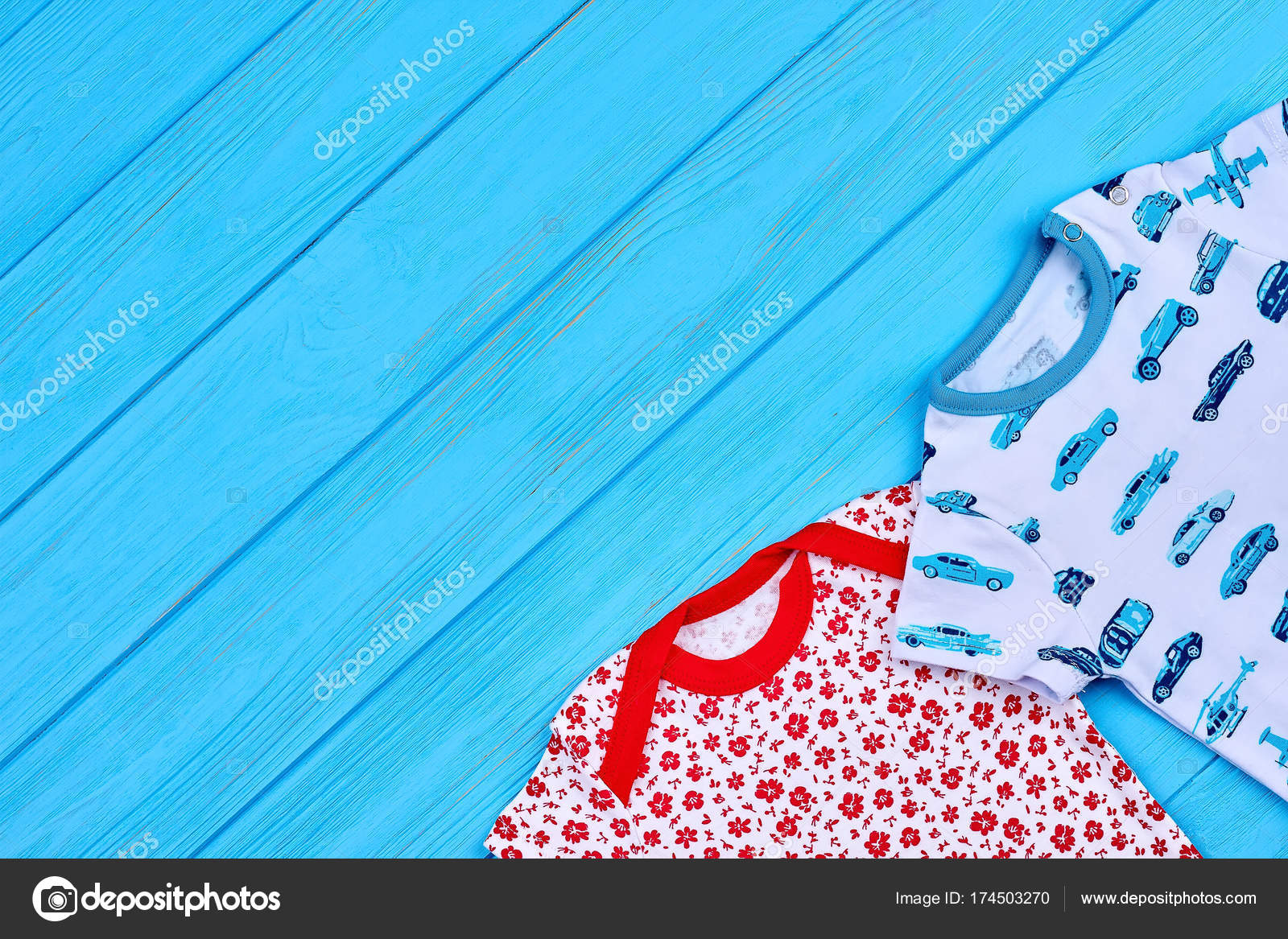 a7414d29757 Τα παιδιά καλοκαιρινά ρούχα, αντίγραφο χώρου. Νηπίων μωρών βαμβακιού ένδυμα  σε μπλε φόντο ξύλινη, κάτοψη — Εικόνα από ...