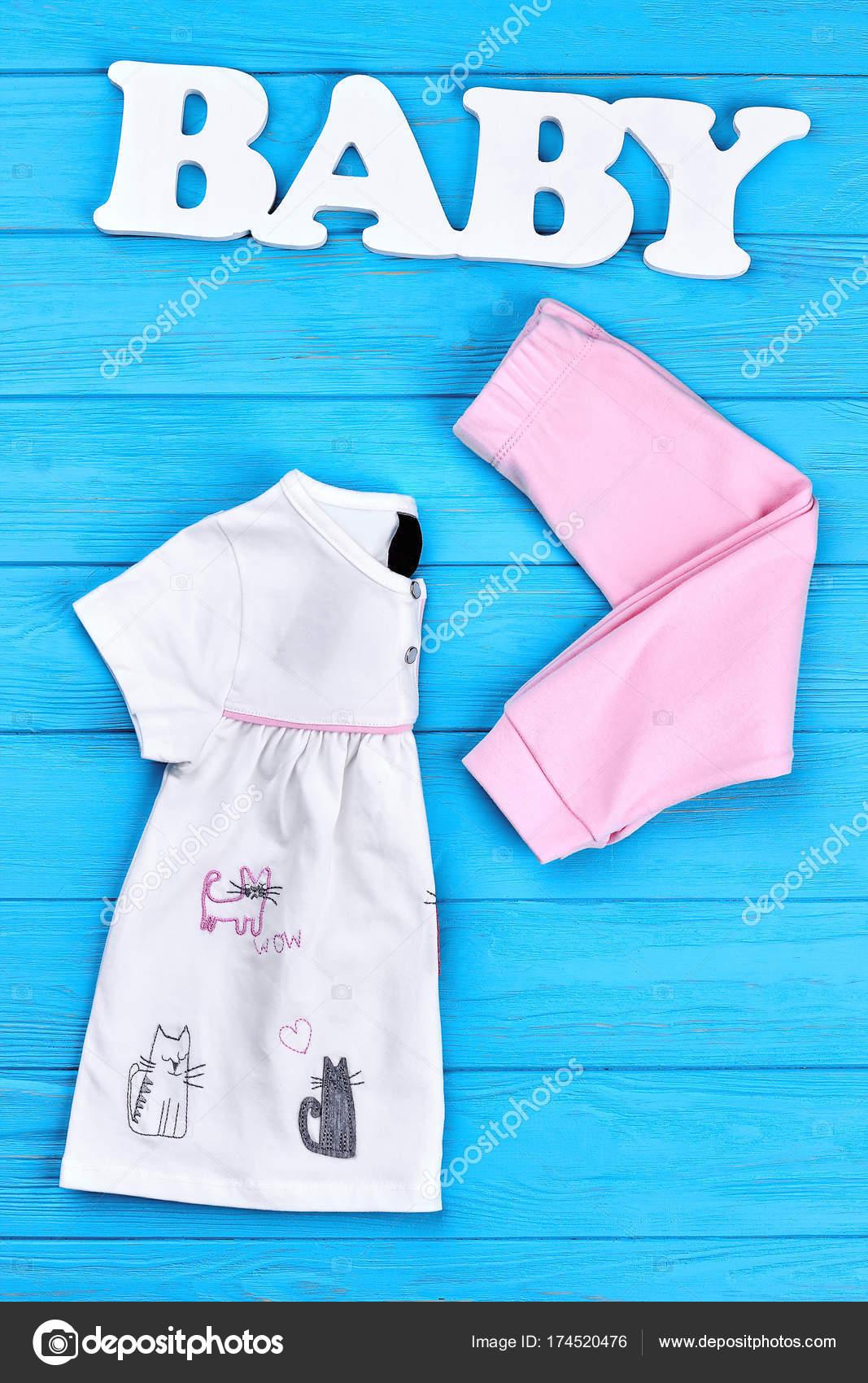 7a425b6611e Ορίστε μωρό-Gurl καλοκαιρινή μόδα. Όμορφο μάρκα στολή για μικρά κορίτσια,  μωρό λέξη, μπλε φόντο ξύλινη. Κατάστημα φυσικό ρούχα για κοριτσάκι — Εικόνα  από ...