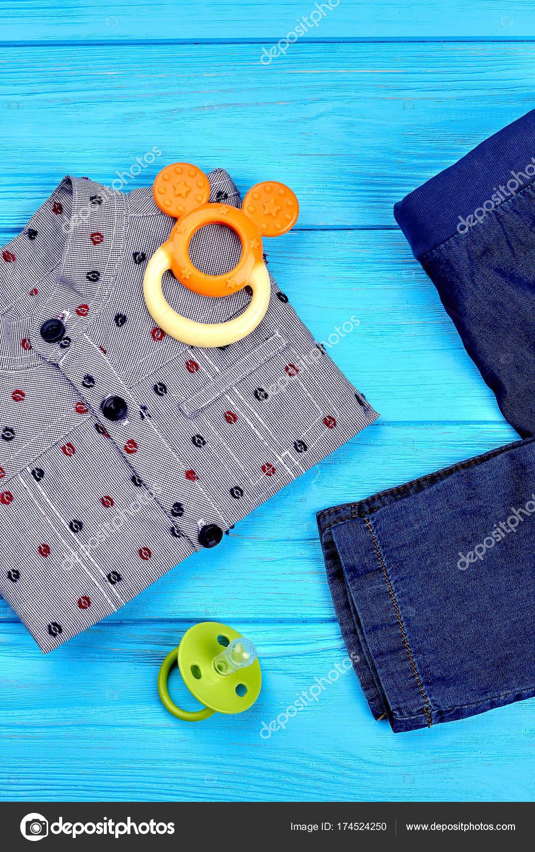 c78c15bce9b92 Vêtements de denim modernes pour bébé-garçon — Photographie ...