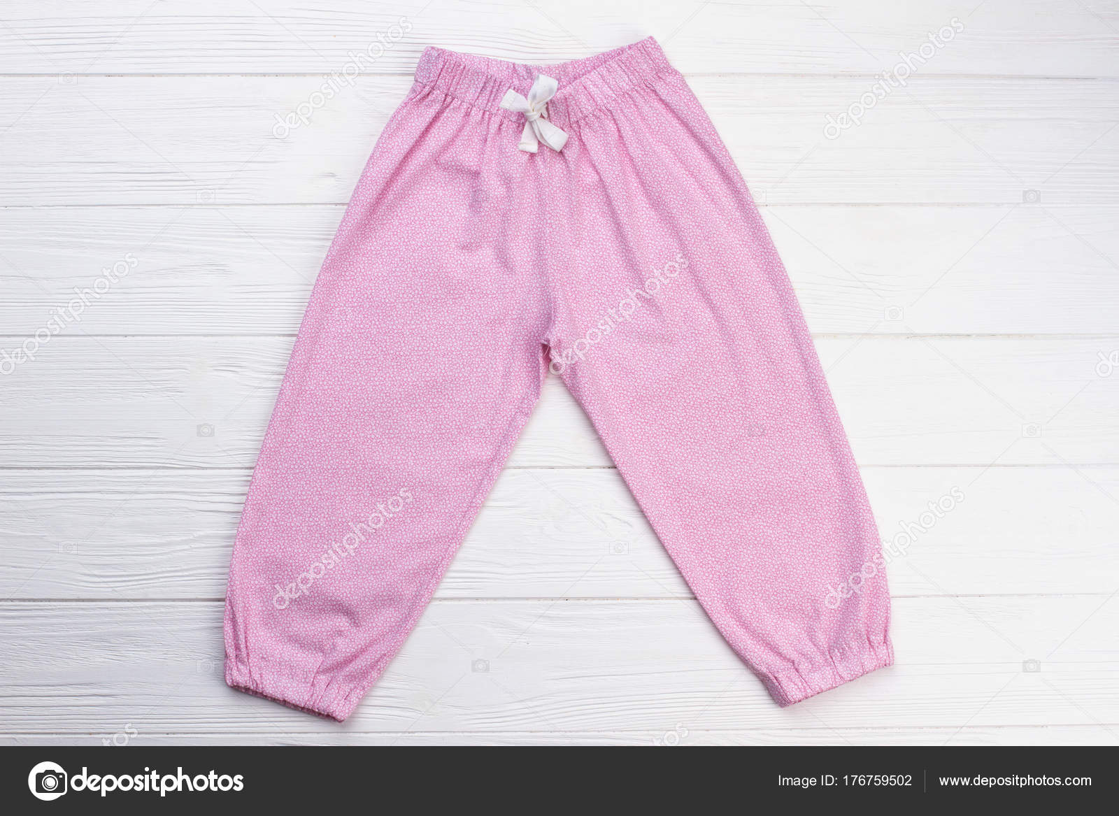 dcdc2b34a19e Pantalones rosa con el lazo blanco. Simple diseño de ropa. Cómoda ropa de  dormir para niñas — Foto de Denisfilm