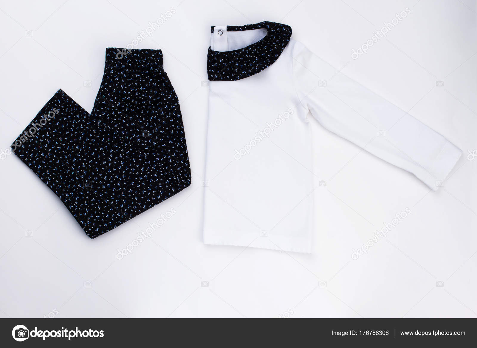 97f352fa6e65 Σετ Ρούχα για μικρά κορίτσια. Μαύρο παντελόνι και λευκό τοπ με λαιμόκοψη.  Νέα συλλογή πιτζάματα για παιδιά — Εικόνα από ...