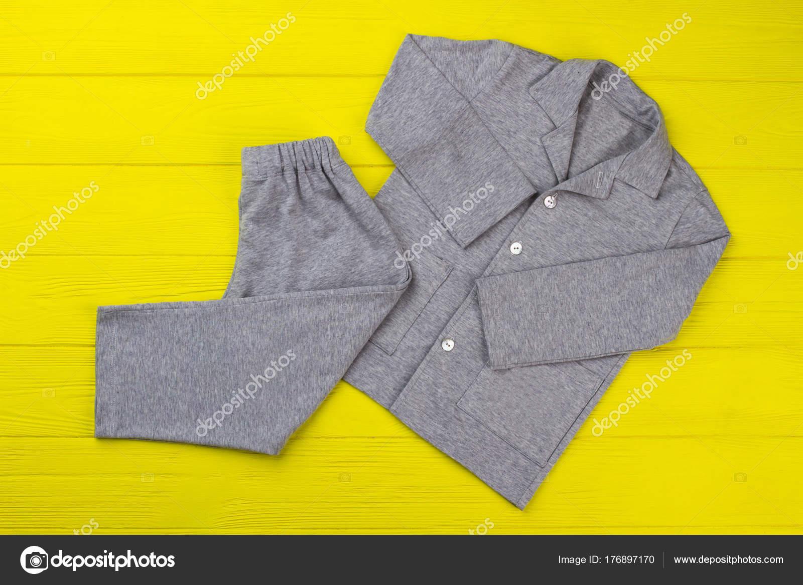 afd245354c2 Αγόρια pajama σε κίτρινο πίνακα. Απλός σχεδιασμός και γκρι μελανζέ ύφασμα.  Άνετο παντελόνι και πουκάμισο για καλό ύπνο — Εικόνα από ...