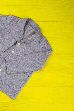 Gray melange shirt on yellow