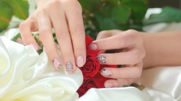 Ruční pohlazení růže na Bílé hedvábí