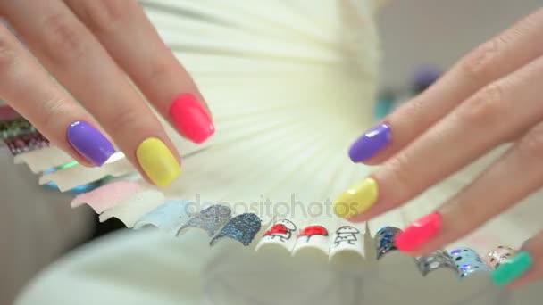 Frauenhände mit perfekter Sommer-Maniküre.