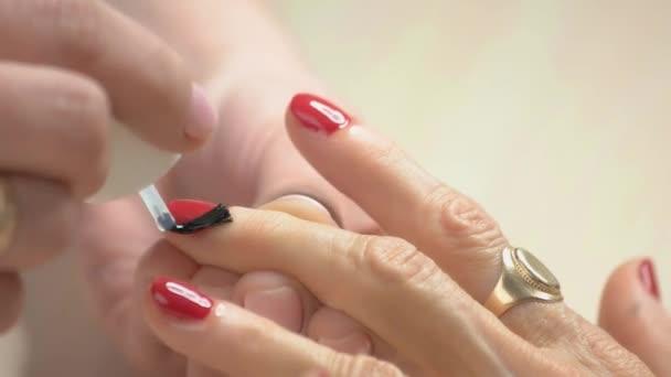 Krásně upravené ruce příjmu manikúra zblízka