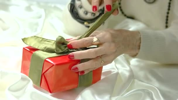 Žena rukou nevázané luk v dárkovém balení