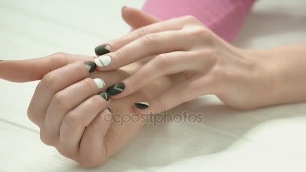 Mladá žena ruce s moderní manikúra