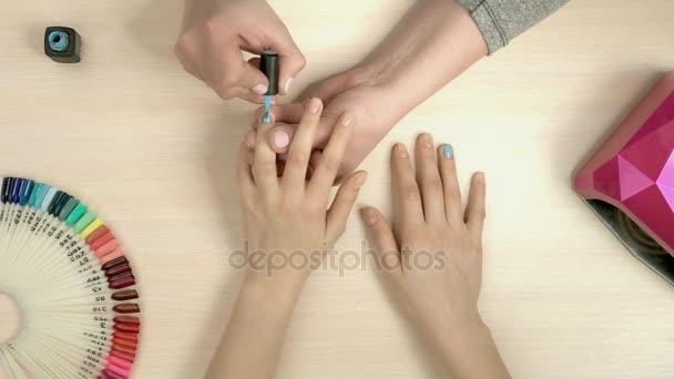 Manikérka dělají manikúru, pohled shora.