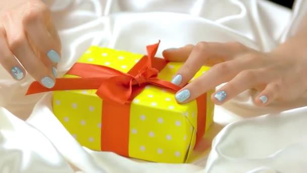 Pěstěné ruce nevázané stuha v dárkovém balení.
