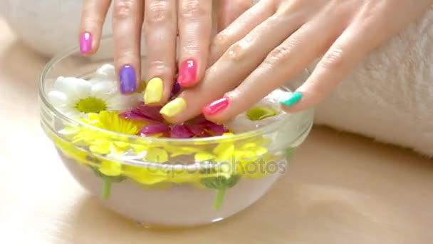 Ženské pěstěné ruce v aroma koupele