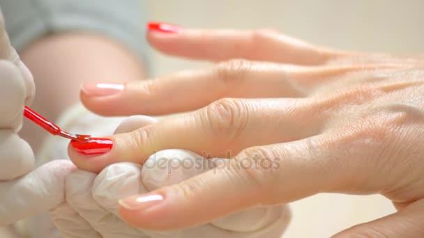Manikérka použití Červený lak na nehty