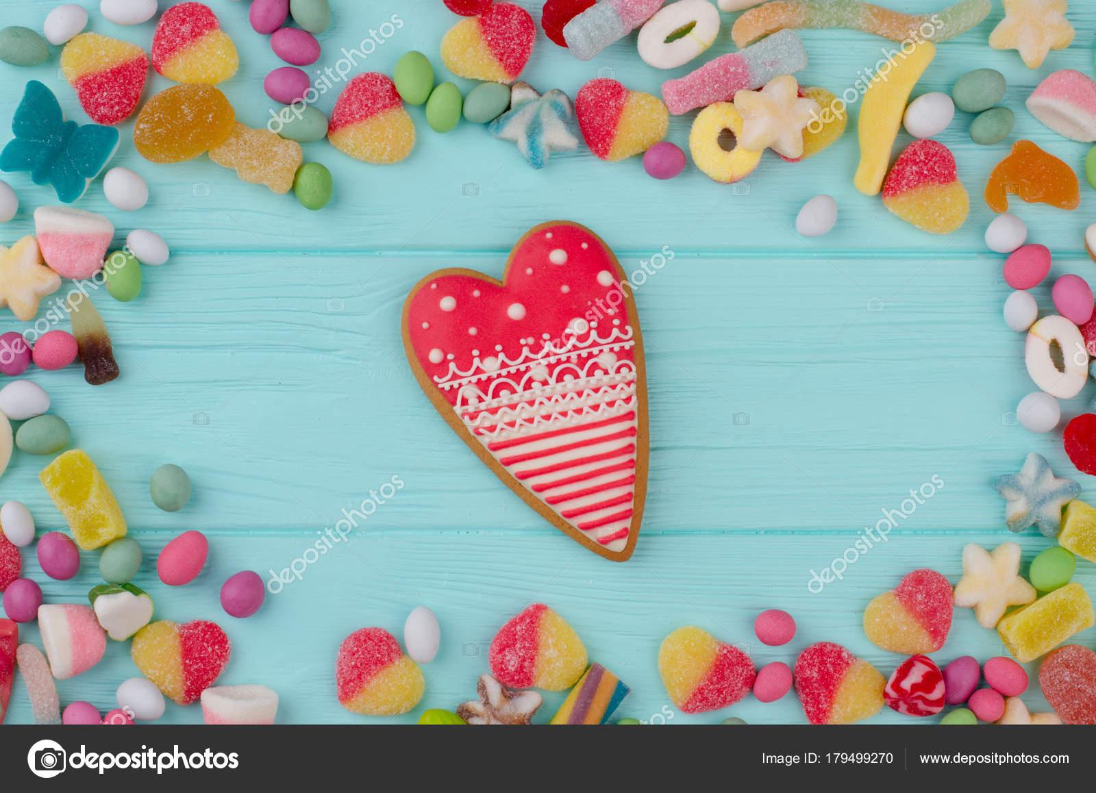 Marco con dulces, fondo madera — Fotos de Stock © Denisfilm #179499270