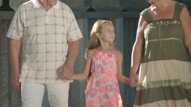 Šla se svými prarodiči