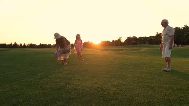 Dívka s prarodiči hrát míč, pomalý pohyb