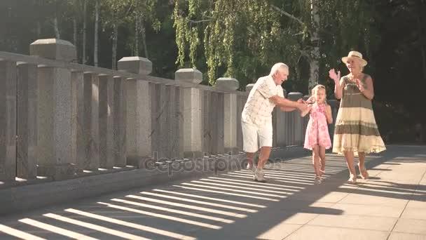 Bambino con bolle di sapone e nonni