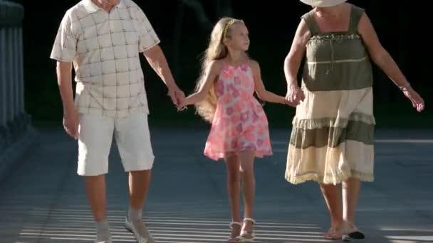 Dítě se svými prarodiči