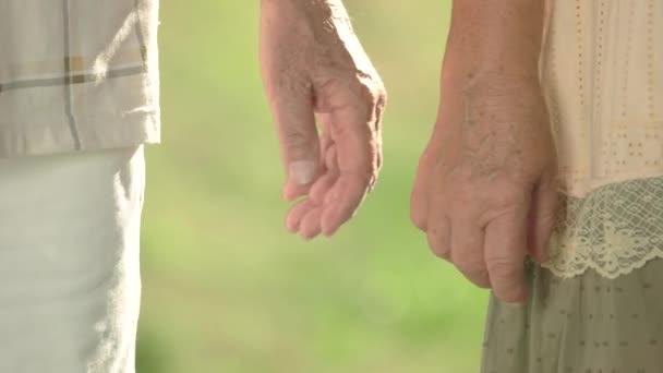 Senioři, jemně dotýkat rukama dohromady
