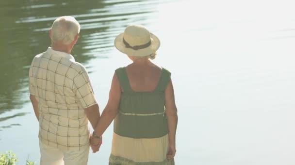 Nádherný pár seniorů u vody