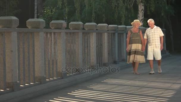 Veselá u starších lidí, kteří jdou venku.